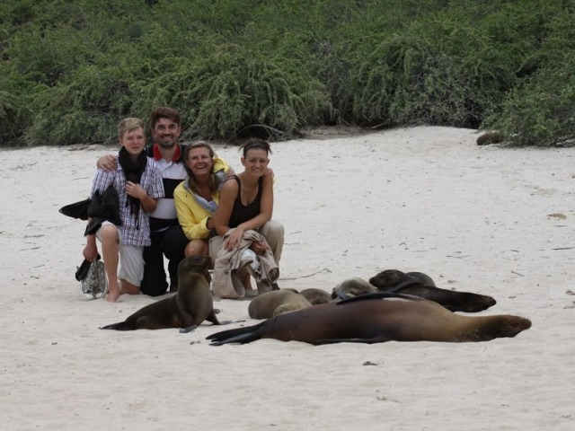Galapagos mit Kindern - Familie mit Robbe