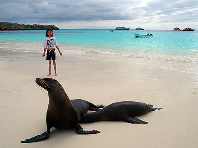 Familienreise Galapagos - Galapagos for family - Kind und Robbe