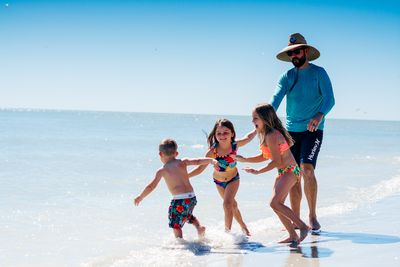 Florida Familienreise - Florida for family - Sanibel Island Familie spielt am Wasser