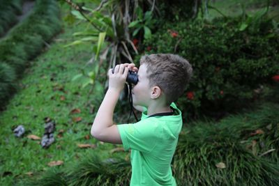 Familienurlaub Costa Rica - Costa Rica for family - La Fortuna Kind schaut durch Fernglas