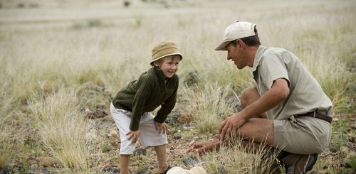 Namibia Familienreise - Namibia for family individuell - Kind mit Guide