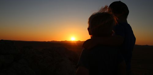 Namibia Familienreise - Namibia for family individuell - Kinder beim Sonnenuntergang