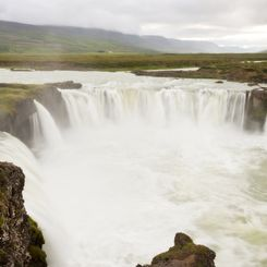 Island Familienreise - Island for family individuell - Godafoss Wasserfall in Nordisland