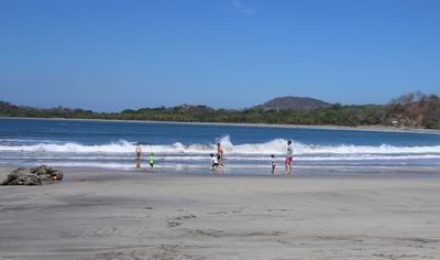 Familienurlaub Costa Rica - Costa Rica for family -  Familie rennt entlang des Meeres am Strand