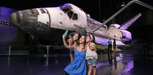 Florida Familienreise - Kennedy Space Center - Selfie vor Rakete