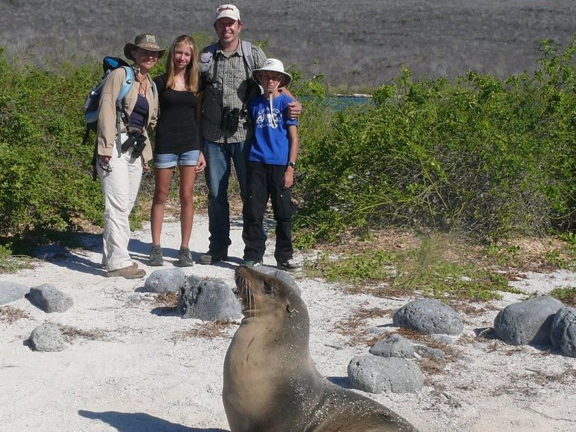 Familienreise_Galapagos_Familie Stoll mit Robbe