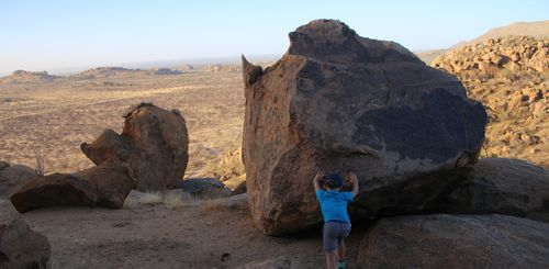 Namibia mit Kindern - Namibia for family individuell - Kind am Felsen
