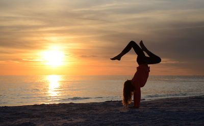 Florida Familienreise - Florida for family - Sanibel Island Kind macht Handstand bei Sonnenuntergang